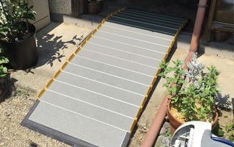 和風建築の引き戸の敷居に使う車椅子スロープの設置画像