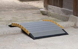 神社の敷居にまたぎ使用で使う車椅子スロープの設置画像