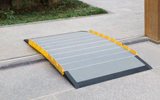 車椅子で大変な段差に使う車椅子スロープの設置画像